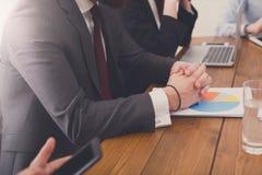 говорить встречи компьтер-книжки стола cmputer бизнесмена дела сь к использованию женщины Вручает крупный план на рабочем месте Стоковая Фотография RF