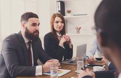 говорить встречи компьтер-книжки стола cmputer бизнесмена дела сь к использованию женщины Молодая коммерсантка в современном офис Стоковые Фотографии RF