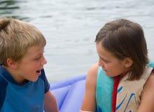 говорить девушки мальчика Стоковая Фотография RF