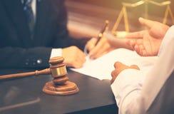 Говорить и решение юриста стоковые фото