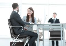 Говорить коллег дела, сидя за столом стоковая фотография
