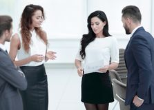 Говорить команды дела, стоя в офисе стоковое фото
