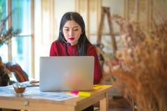 Говорить красивого фрилансера женский в видеоконференции на lin стоковая фотография rf