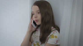 Говорить красивой маленькой девочки эмоциональный на умном телефоне окном акции видеоматериалы