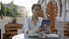 Говорить к возлюбленн Молодая привлекательная дама говоря в skype на новой таблетке акции видеоматериалы