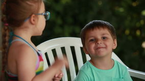 Говорить мальчика и девушки видеоматериал