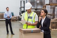 Говорить менеджера и работника склада Стоковые Фотографии RF
