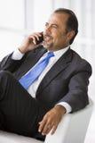 говорить мобильного телефона бизнесмена Стоковое Изображение RF