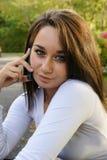 говорить мобильного телефона девушки Стоковое фото RF