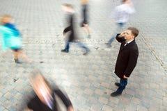 говорить мобильного телефона бизнесмена Стоковые Фото