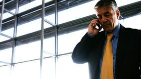 говорить мобильного телефона бизнесмена видеоматериал