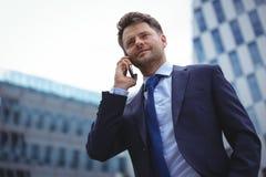 говорить мобильного телефона бизнесмена Стоковое фото RF
