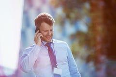 говорить мобильного телефона бизнесмена Стоковое Фото