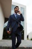 говорить мобильного телефона бизнесмена Стоковая Фотография RF