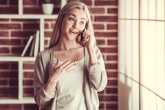 говорить мобильного телефона девушки Стоковые Фотографии RF