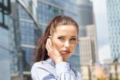 говорить мобильного телефона коммерсантки Стоковая Фотография RF