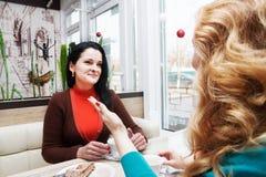 Говорить молодых женщин Стоковые Фотографии RF