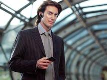 Говорить на сотовом телефоне Стоковое фото RF
