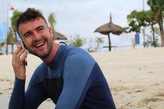 Говорить на телефоне на пляже стоковые фотографии rf