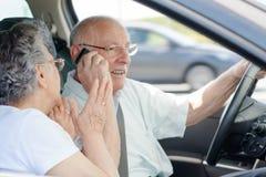 Говорить на телефоне в автомобиле стоковое изображение