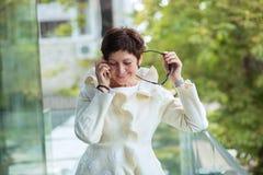 Говорить на усмехаться телефона стоковая фотография rf