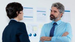 Говорить работника конфиденциальный с бизнесменом стоковые фото
