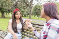 Говорить друзей молодой женщины Стоковое Изображение RF