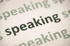 Говорить слова напечатанный на бумажном макросе стоковое фото