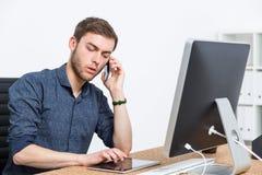 говорить сотового телефона бизнесмена Стоковые Изображения