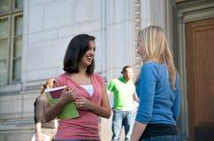 говорить студентов кампуса Стоковое фото RF