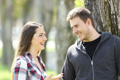 Говорить 2 счастливый предназначенный для подростков друзей стоковая фотография