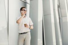 говорить телефона бизнесмена уверенно Стоковые Изображения
