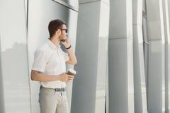 говорить телефона бизнесмена уверенно Стоковое фото RF