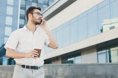 говорить телефона бизнесмена уверенно Стоковое Изображение RF
