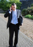 говорить телефона бизнесмена стоковые фото