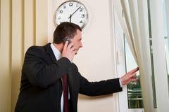 говорить телефона бизнесмена стоковая фотография