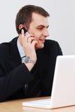 говорить телефона бизнесмена стоковое изображение rf