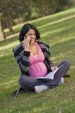 говорить телефона девушки клетки Стоковые Изображения