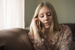 говорить телефона девушки предназначенный для подростков Стоковые Фото