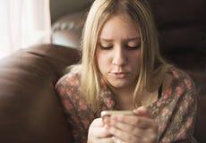 говорить телефона девушки предназначенный для подростков Стоковое Изображение
