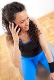 говорить телефона девушки пригодности Стоковое Изображение RF