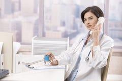 говорить телефона доктора женский стоковое фото rf