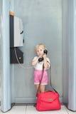 говорить телефона ребенка авиапорта стоковая фотография rf