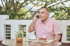 говорить телефона человека старший стоковые изображения rf