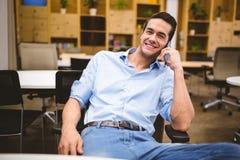 говорить телефона бизнесмена сь Стоковая Фотография RF