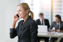 Говорить телефона бизнес-леди Стоковое Изображение RF