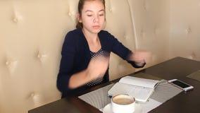 говорить телефона девушки кофе выпивая акции видеоматериалы