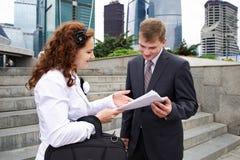 говорить деловых партнеров Стоковая Фотография RF