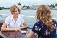 Говорить 2 подружек красотки Стоковое Изображение RF