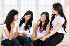Говорить 4 друзей женщин Стоковые Изображения RF
